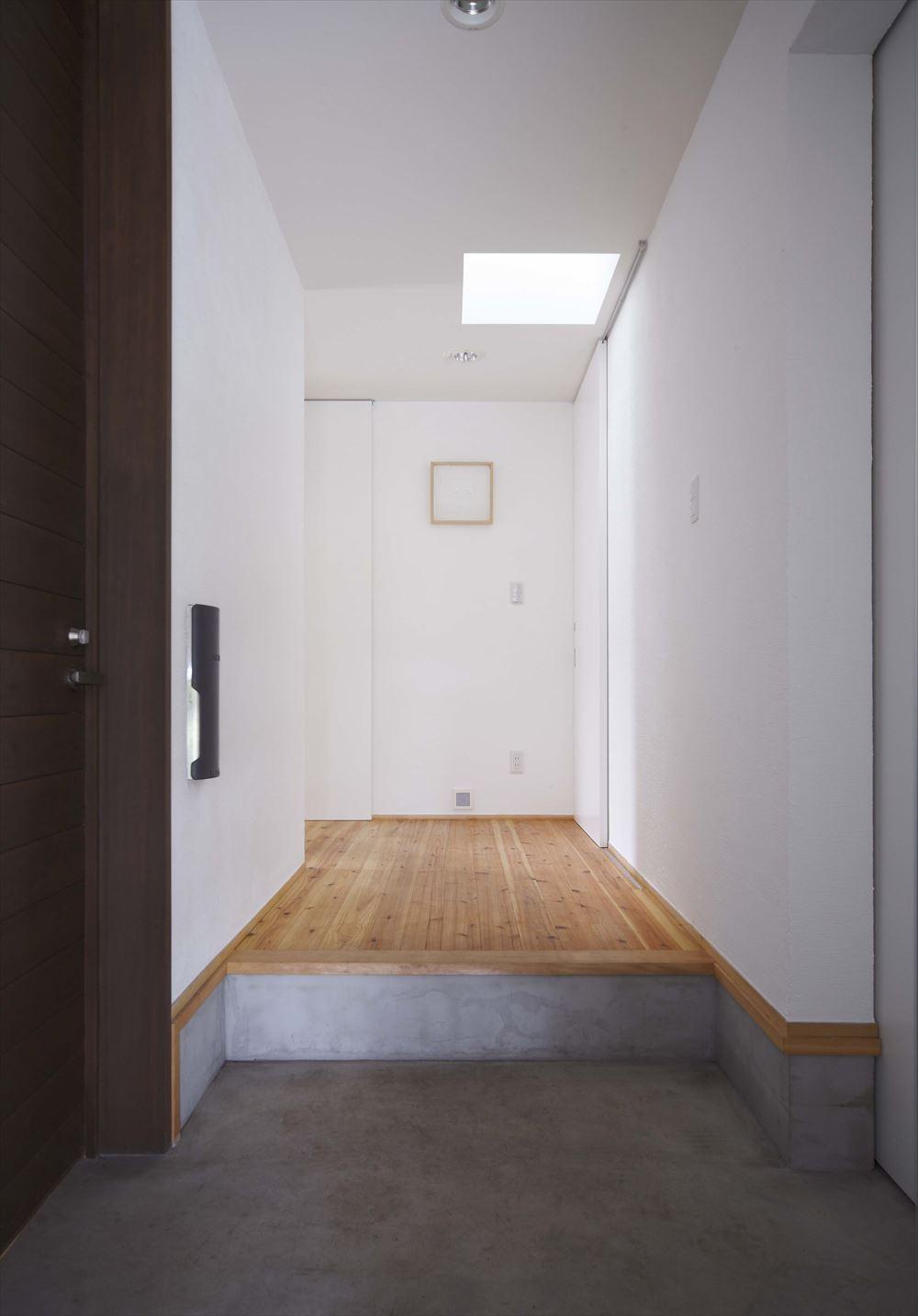 玄関 廊下 天窓 明るい