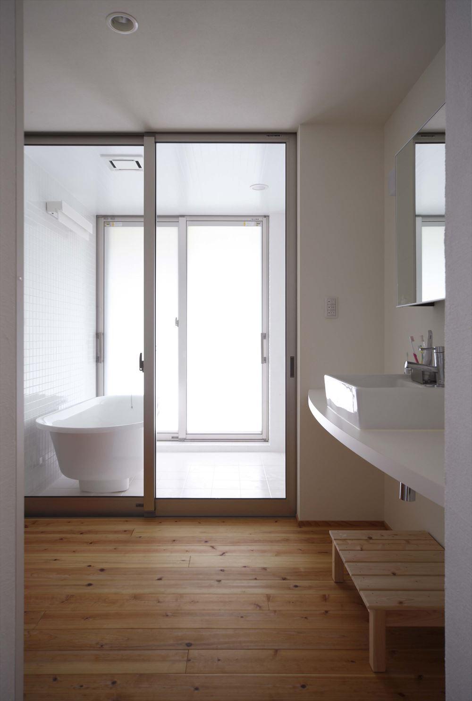 お風呂 シンプル 窓が大きい 明るい