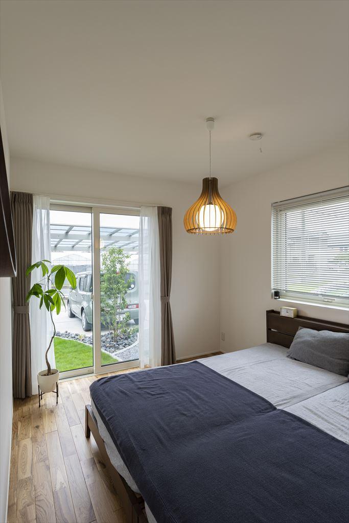 必要最小限の広さの明るい寝室