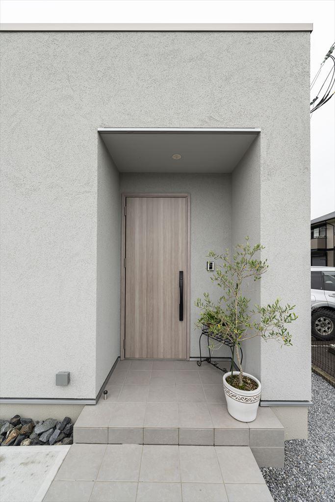 塗り壁がおしゃれな平屋建ての玄関ポーチ